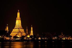 wat arun tempel in bangkok 's nachts