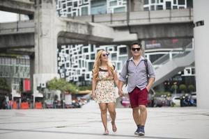 gelukkige paar verliefd wandelen in de straat foto