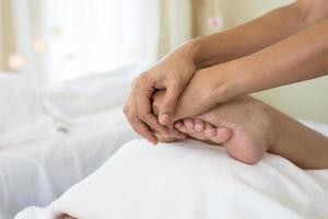 close-up van vrouw die voetmassage in kuuroord doet foto