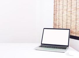 laptop op tafelmodel foto