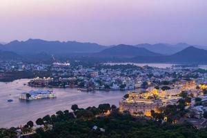 udaipur stad aan het picholameer in de avond