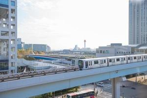 metro en gebouwen in de stad odaiba foto