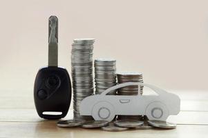 stapel geldmunten en sleutel