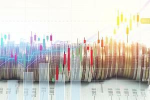 stapel muntgeld met rekeningboekfinanciën en bankconcept voor achtergrond. concept in groeien en stap voor stap lopen voor succes in het bedrijfsleven