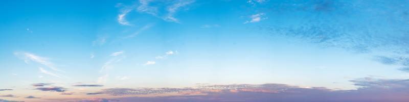 hemel met wolken op een zonnige dag foto