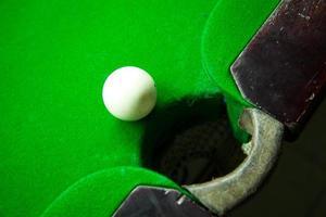 snookerbal op de rand van de hole foto