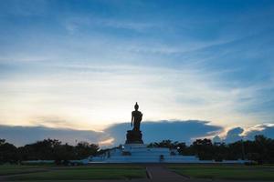 silhouet van een groot Boeddhabeeld in Thailand foto