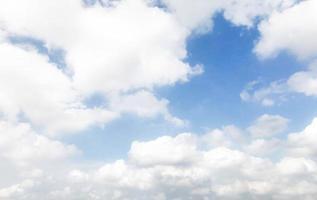 idyllische blauwe lucht en witte wolken foto