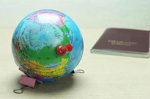 wereldbol met punaise erop foto