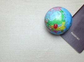 wereldbol en paspoort foto