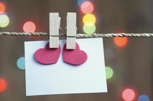 wasknijper met blanco papier op touw foto