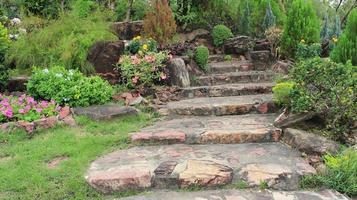 stenen trap in een tuin foto