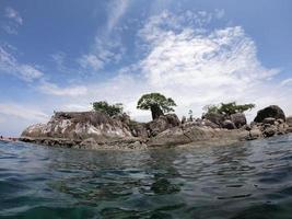 tropische zee met eilanden en lucht foto