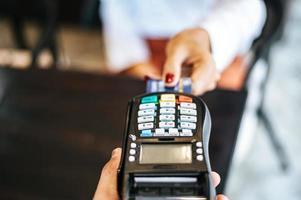 close-up van vrouw betalen met creditcard in café foto