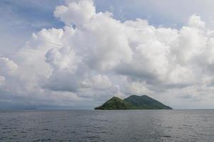 tropische zee met eilanden en lucht