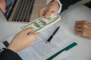 zakenlieden die geldomkoping krijgen in kantoor foto