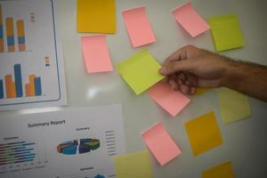 close-up van de hand die zakelijke grafiek op whiteboard presenteert