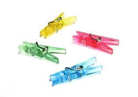 kleurrijke wasknijpers op wit