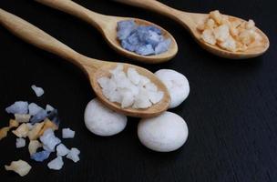drie lepels met zout erin