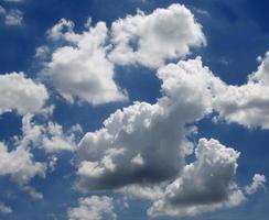 idyllische witte pluizige wolken