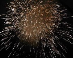 vuurwerk in de nachtelijke hemel