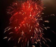 rood vuurwerk in de lucht