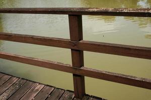 metalen hek in de buurt van water