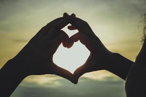 silhouet van hand in hartvorm foto