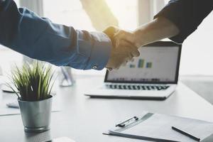 zakenlieden handen schudden na het beëindigen van de vergadering foto