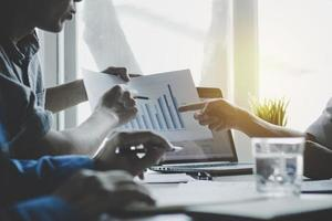 zakelijke bijeenkomst voor het analyseren en presenteren van financiën