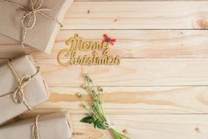 vrolijk kerstfeest hout achtergrond met geschenken en kopie ruimte foto