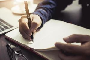 man schrijven in dagboek