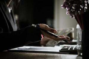 ondernemer berekent financiële groei en investeringen