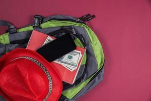 bovenaanzicht van toeristische tas voor op reis foto