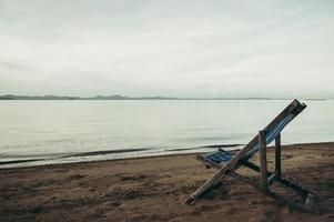 zee met strandstoelen van het resort