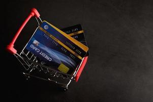creditcard die op de winkelwagen wordt geplaatst om voor het product te betalen foto