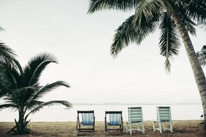 zee met strandstoelen van het resort foto