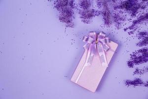 bovenaanzicht van violet geschenkdoos foto