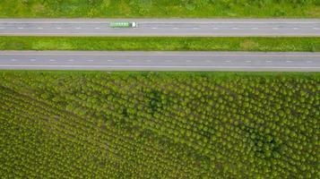 semi-vrachtwagen op een weg foto