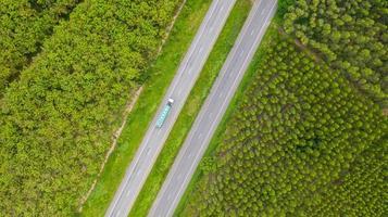luchtfoto van een vrachtwagen op een weg foto