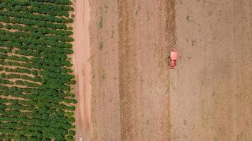 bovenaanzicht van landbouwtrekker in een veld foto