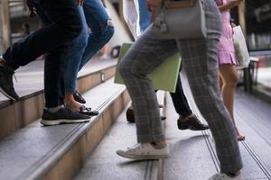 close-up van de voeten van mensen die op trappen lopen foto