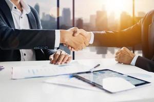 handshaking van twee zakenmensen foto