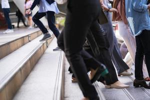 veel mensen lopen op trappen foto