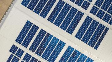 bovenaanzicht van zonnepanelen foto