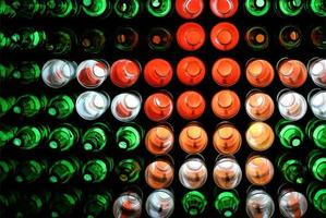kleurrijke decoratie van flessen met verlichting 's nachts, decoratiewand gemaakt van hergebruikte flessen