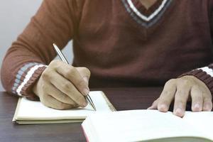 schrijven in notitieblok in coffeeshop
