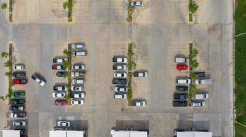 bovenaanzicht van een parkeerplaats buiten