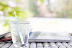 koud waterglas op buitentafel foto