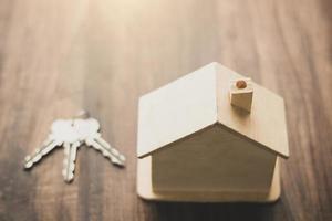 model houten huis met sleutels foto